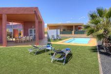 Villa con piscina en la zona de Urbanización Salinas de Antigua Golf